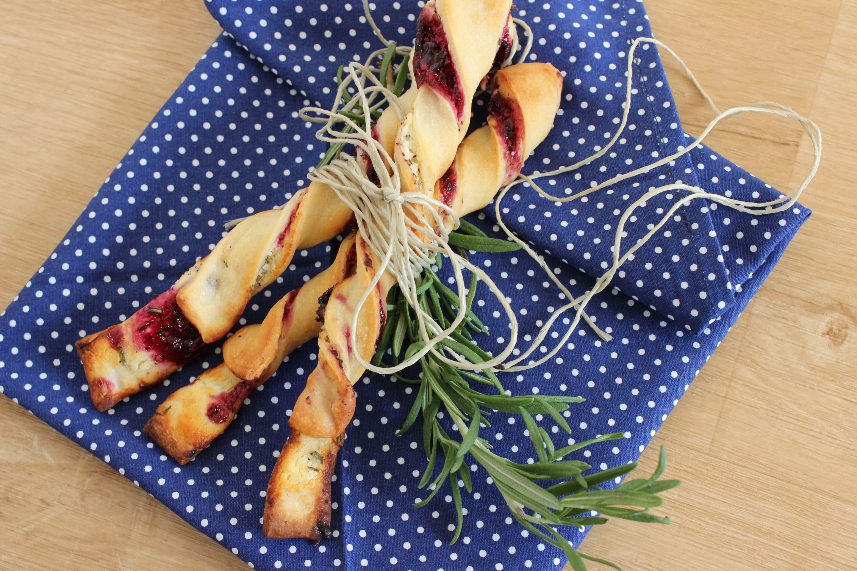 Rosmarin-Ziegenkäse-Stangen mit Brombeergelee oder Fingerfood ist immer gut