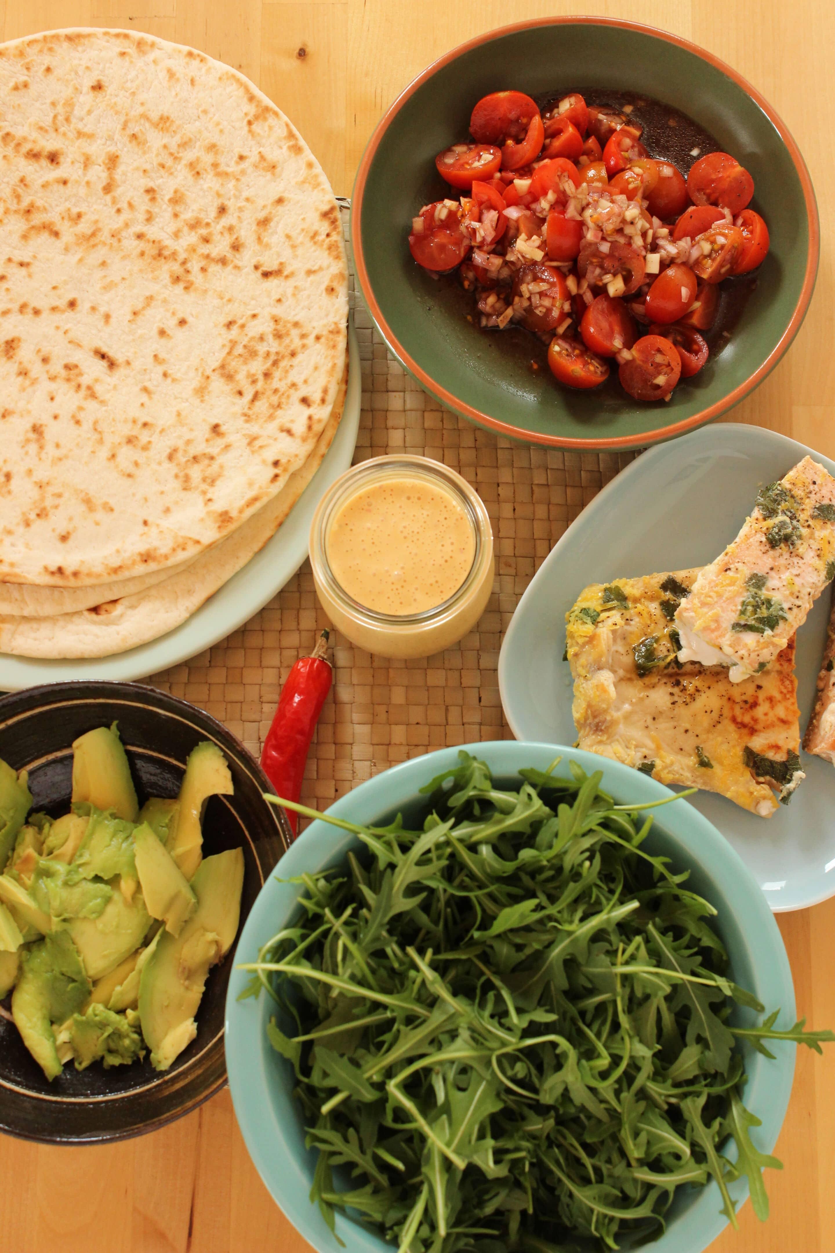 Wraps gefüllt mit Salbeilachs, Tomatensalsa und Chilimayonnaise oder mein neues Kochbuch aus Wien