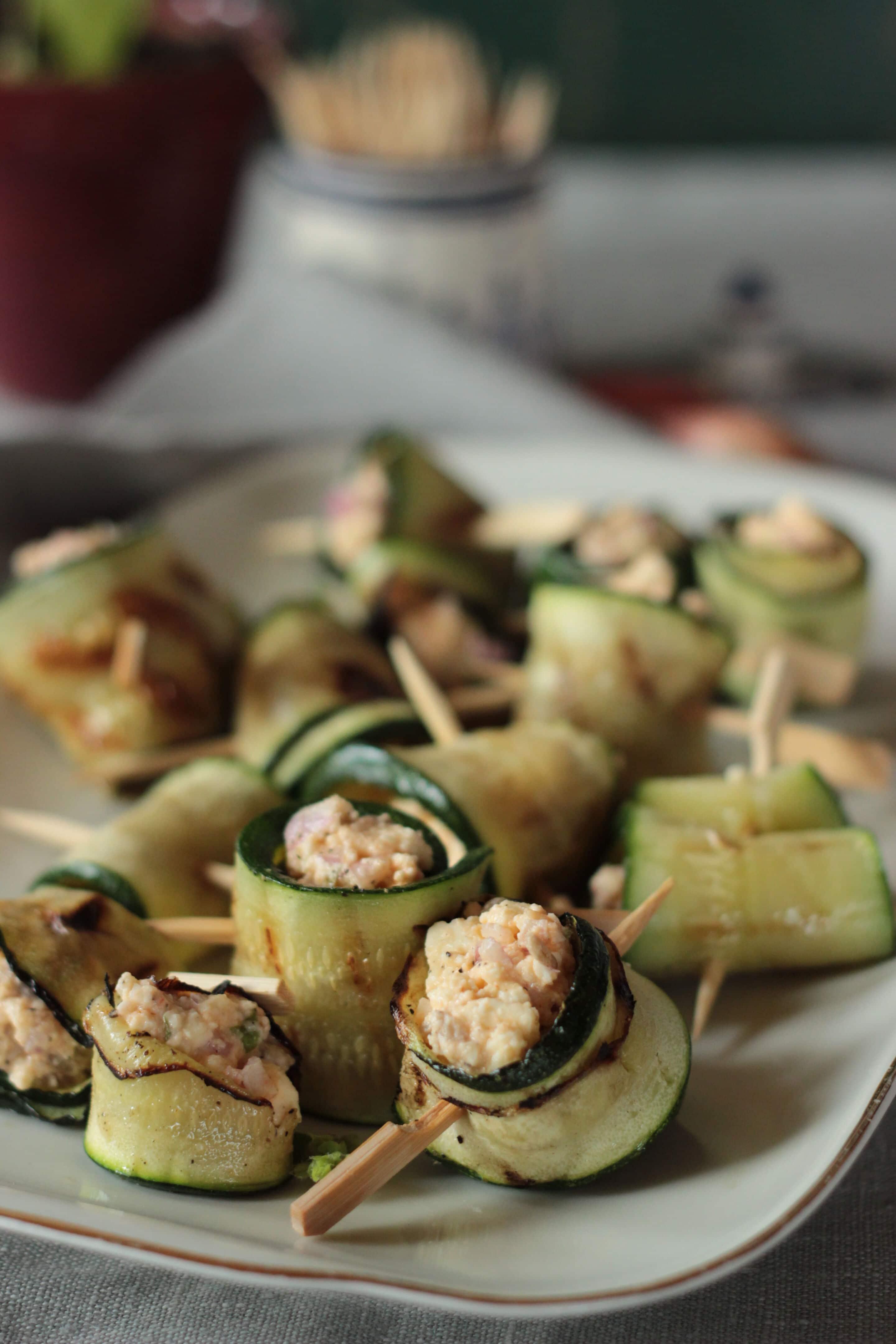 Gefüllte Zucchiniröllchen vom Grill oder warum vegetarisch Grillen gar nicht schwer ist