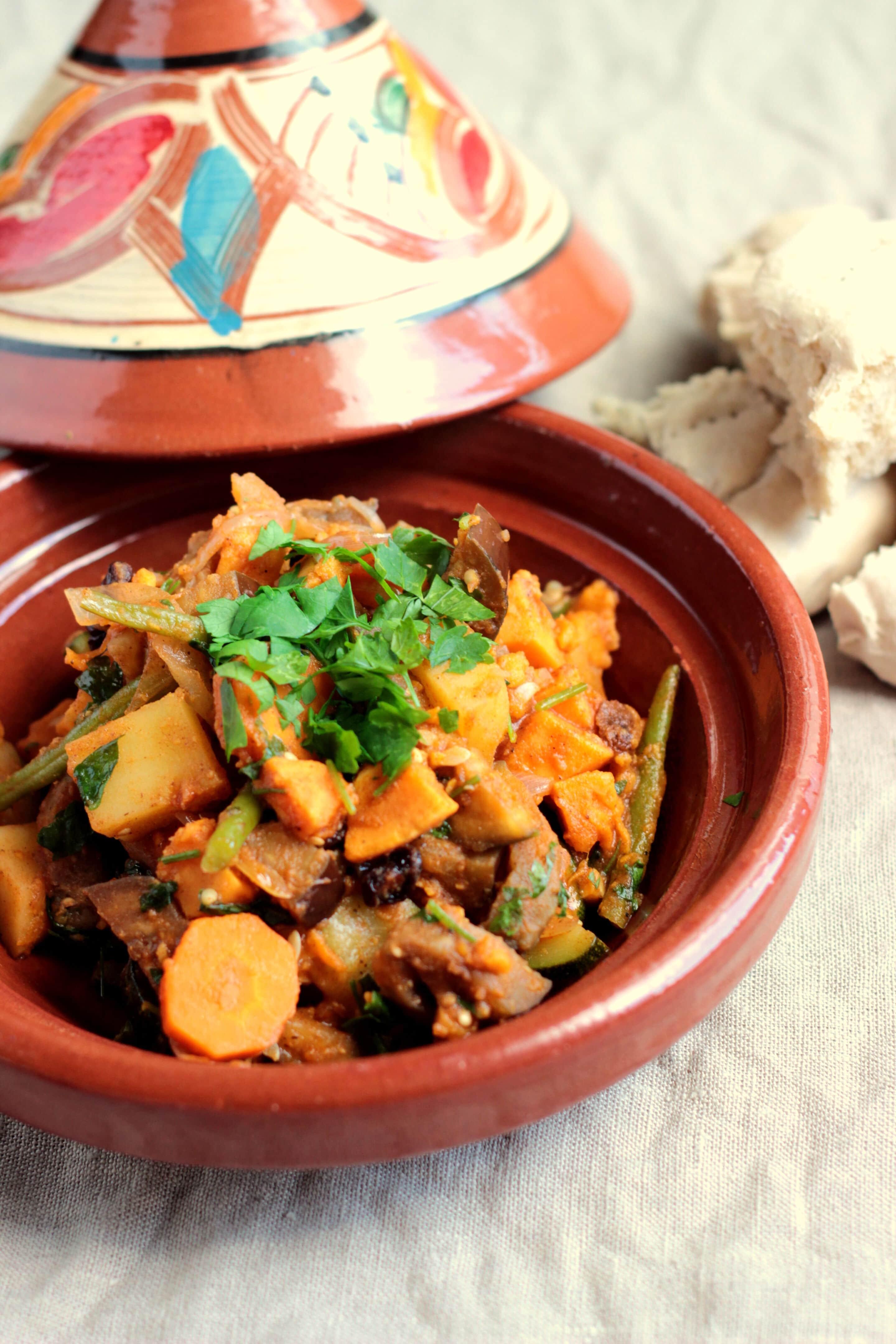 Küchen der Medina oder Gemüsetajine mit Fladenbrot