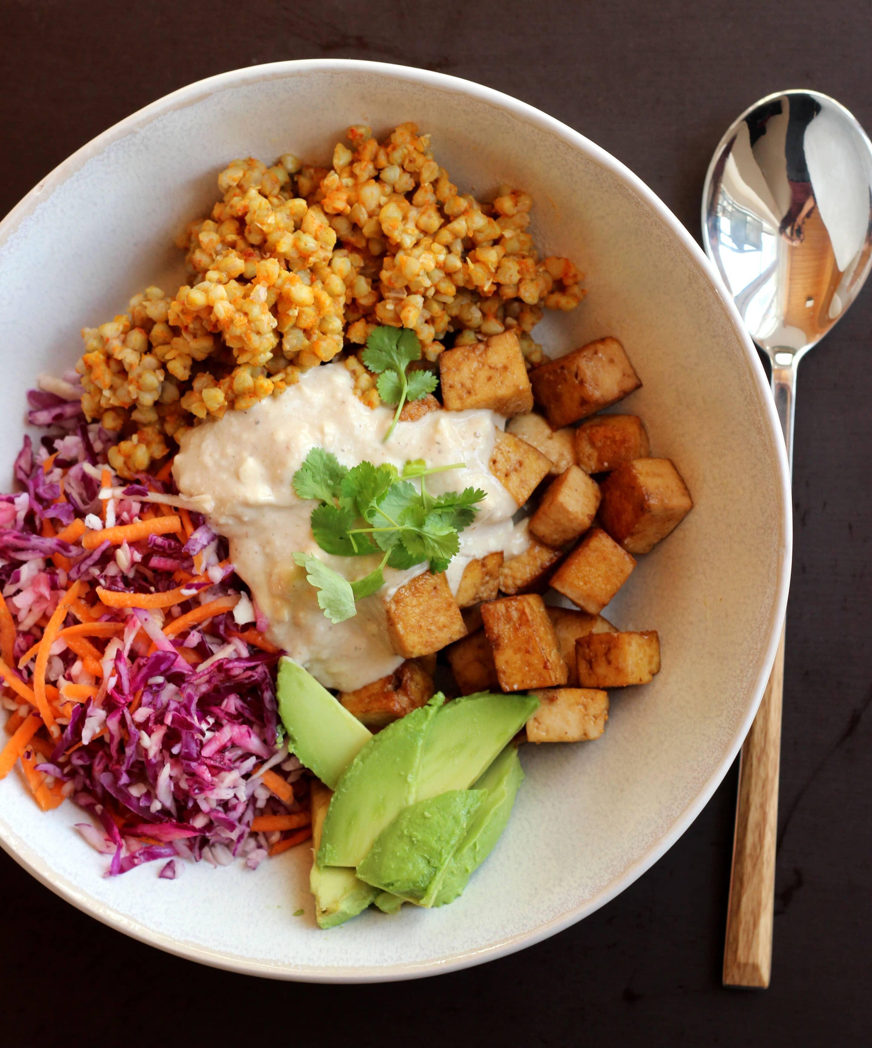 Buddha-Bowl mit Kraut, Buchweizen, Tofu und Avocado oder viel Gutes auf dem Teller