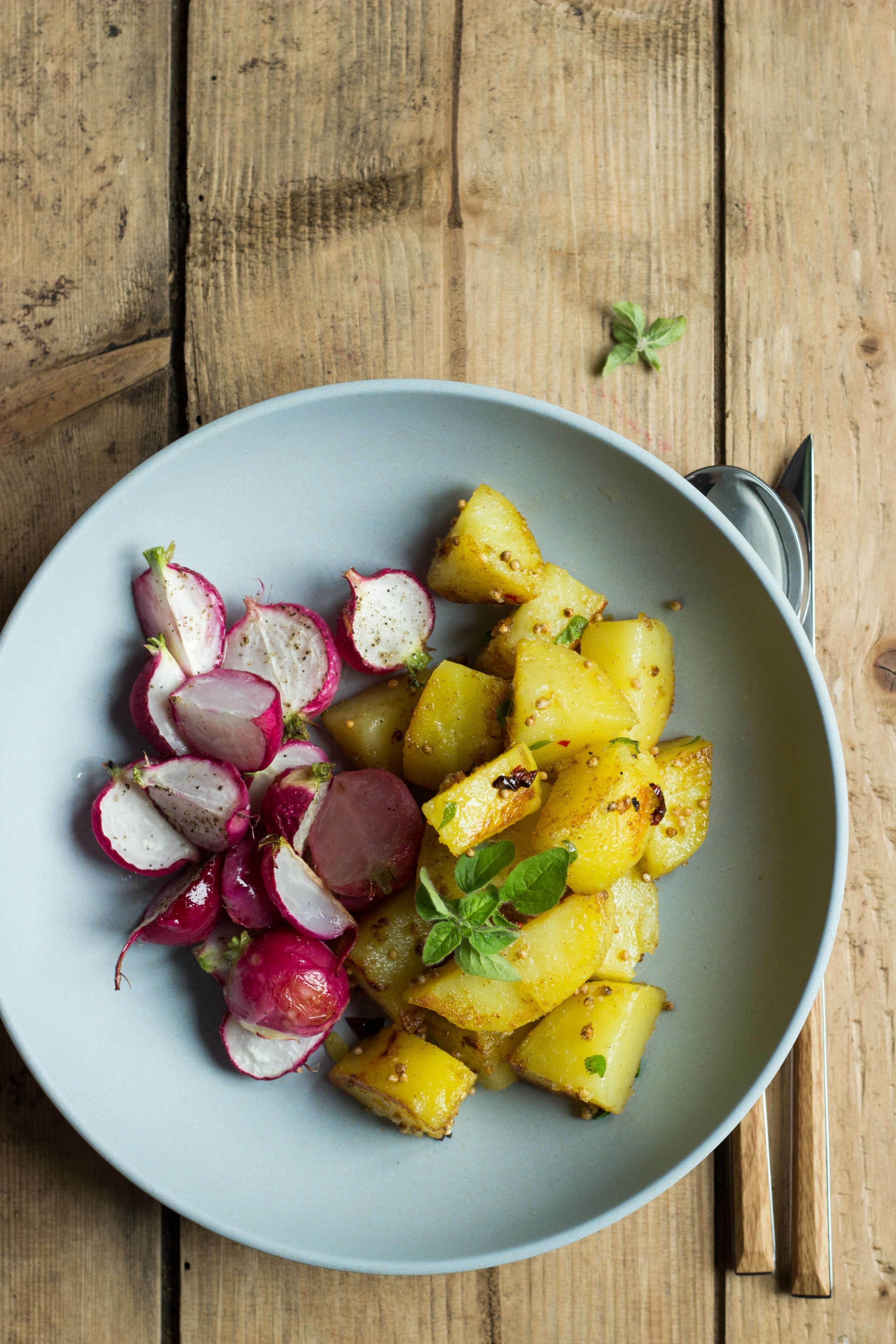 Ofengeröstete Radieschen mit Koriander-Kartoffeln oder ja, Radieschen gehen auch warm