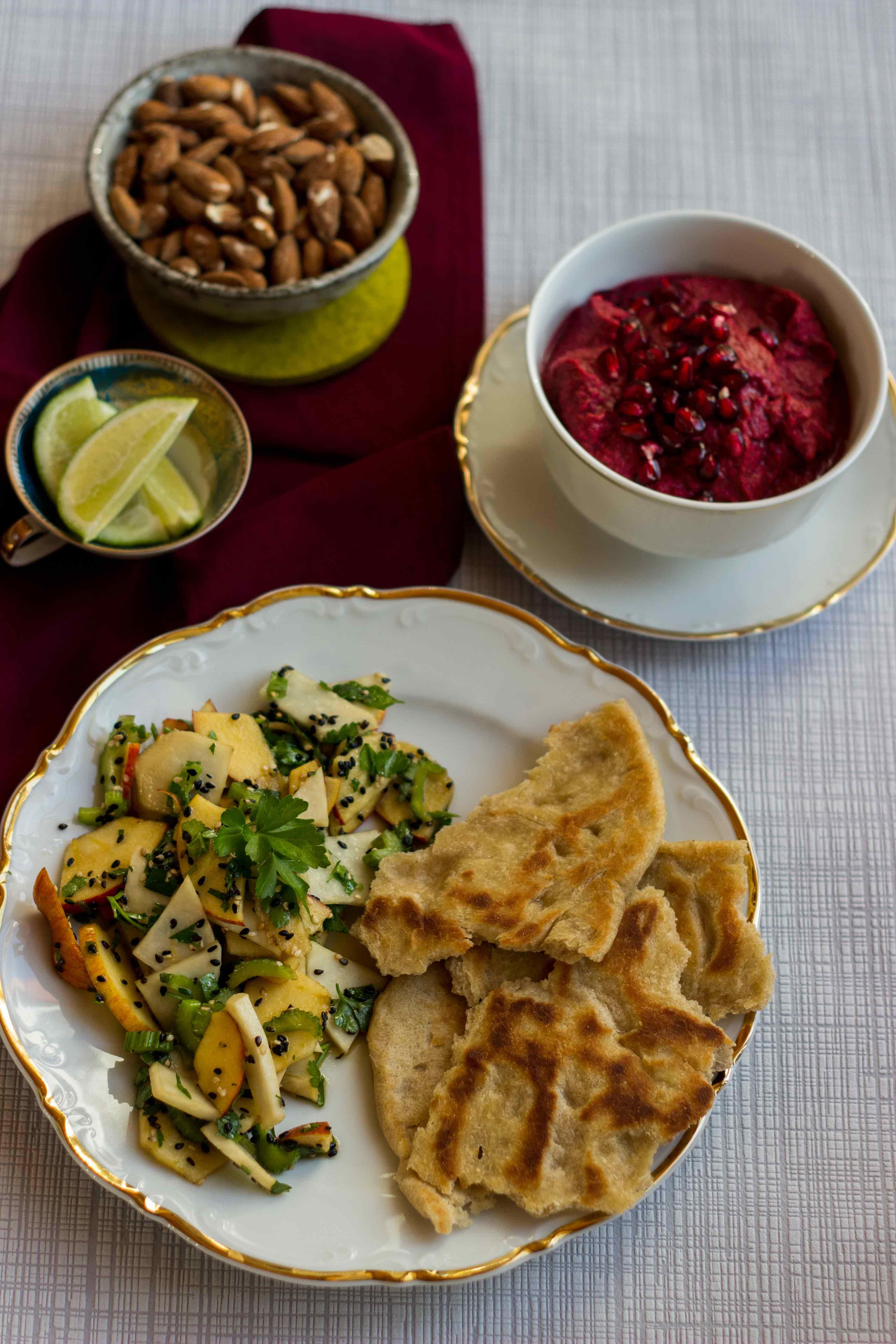 Asiatischer Rettichsalat mit Roggenfladen und Granatapfel-Rote-Bete-Dip oder Tschüss Garten, bis zum nächsten Jahr!